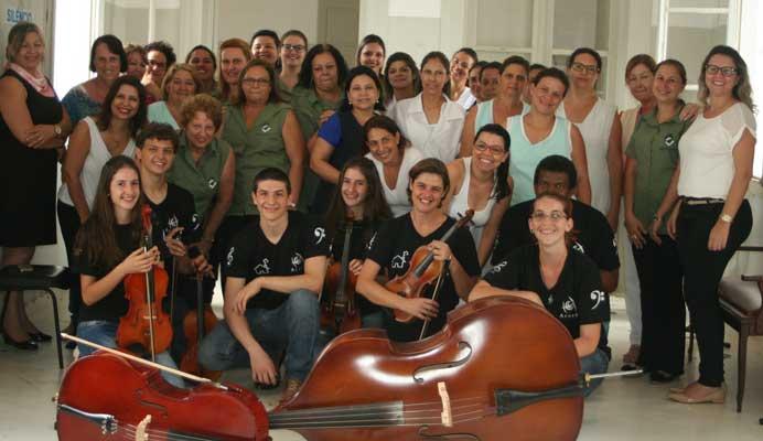 Dia Internacional da Mulher: Secretária do Social presenteia as mulheres do hospital com música clássica