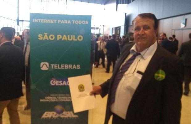 """Foto: Becão assina adesão ao """"Internet para Todos"""""""
