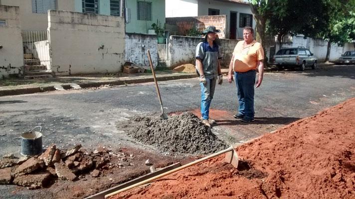Setor de obras realiza reparos em guias e sarjetas do Bairro Sant Cruz; serviços antecedem o recapeamento de 8 ruas da região