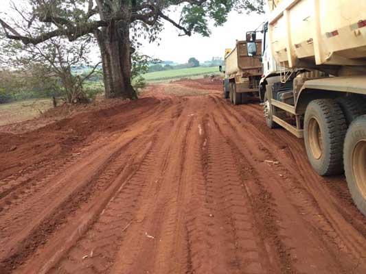 Foto: Equipes da Secretaria de Obras prosseguem com serviços de manutenção e reparos em vicinais e estradas rurais