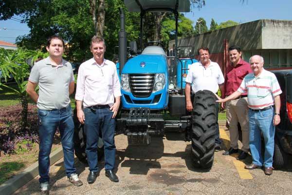 Prefeitura recebe novo trator para apoio à agricultura familiar