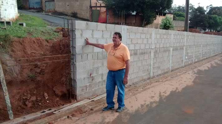 Obras de revitalização da Avenida das Flores ganha ritmo e avança com a construção de muro de contenção