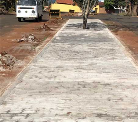 Foto: Canteiro central da Avenida Pedro Fuzaro ganha novo calçamento com piso de bloquetes em concreto intertravados
